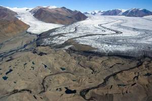 Junge Stauchendmoräne am Thompson Glacier, Kanada (= Gelände im Bildvordergrund vor dem Eis)
