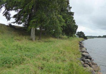 Die Findlinge schützen das Ufer seit langem vor weiterem Abbruch