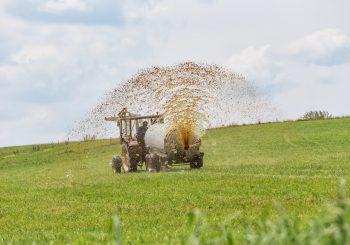 Gülle wird auf ein Feld ausgebracht